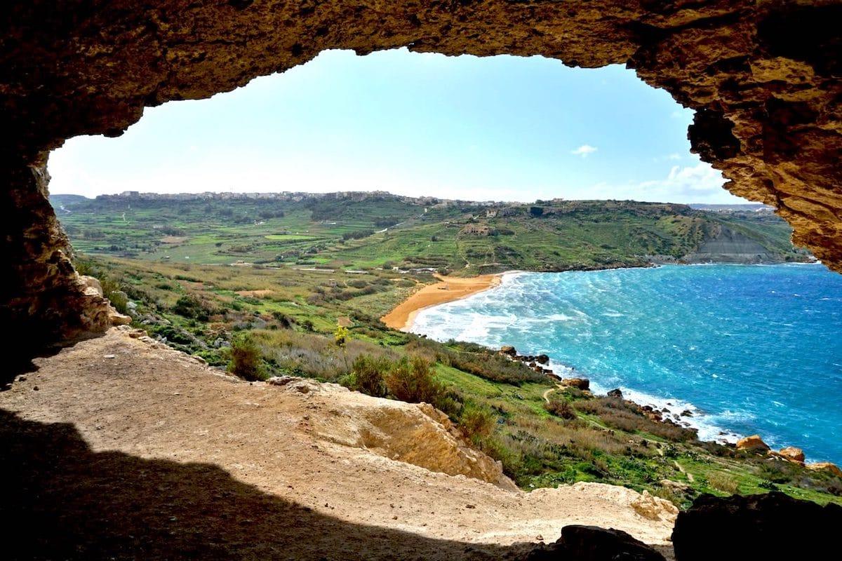 ista da baía de Ramla a partir da caverna Tal-mixta (Gozo)