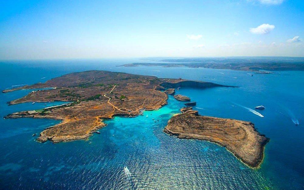A ilha de Comino e Cominotto que rodeia a Lagoa Azul de Malta