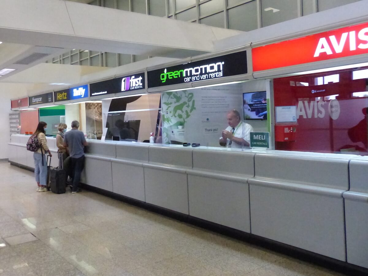 Balcões da agência de aluguer de automóveis do aeroporto de Malta