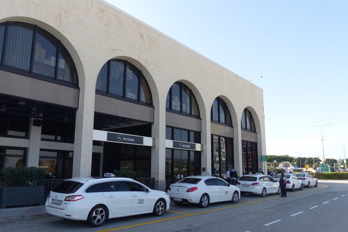 Área de estacionamento de táxis no Aeroporto de Malta