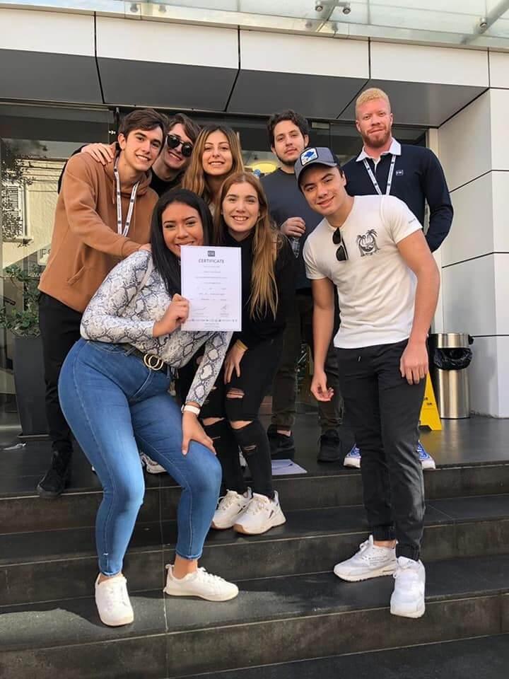 Студенты получающие сертификаты по английскому языку в ESE