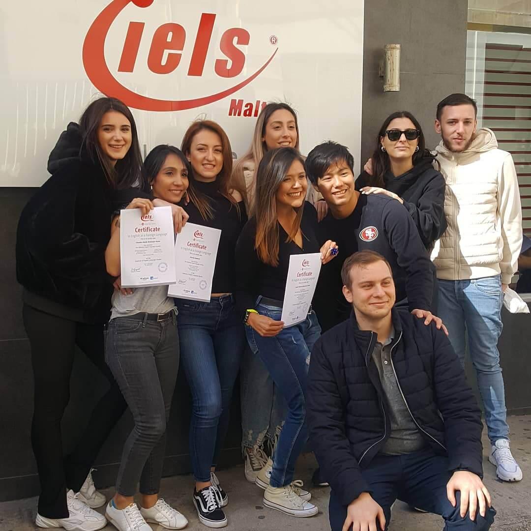 Étudiants recevant leurs certificats d'anglais à la fin de leur séjour linguistique à l'IELS Malte