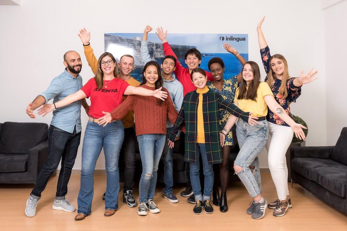 Группа новых студентов, начинающих обучение на Мальте в Inlingua