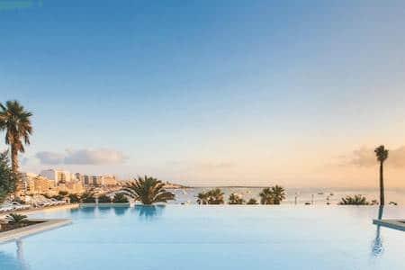 Piscina del Hotel de Malte le Salini Resort