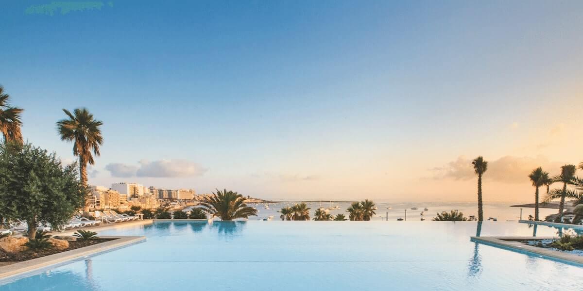 Salini Resort Malta бассейн с видом на море