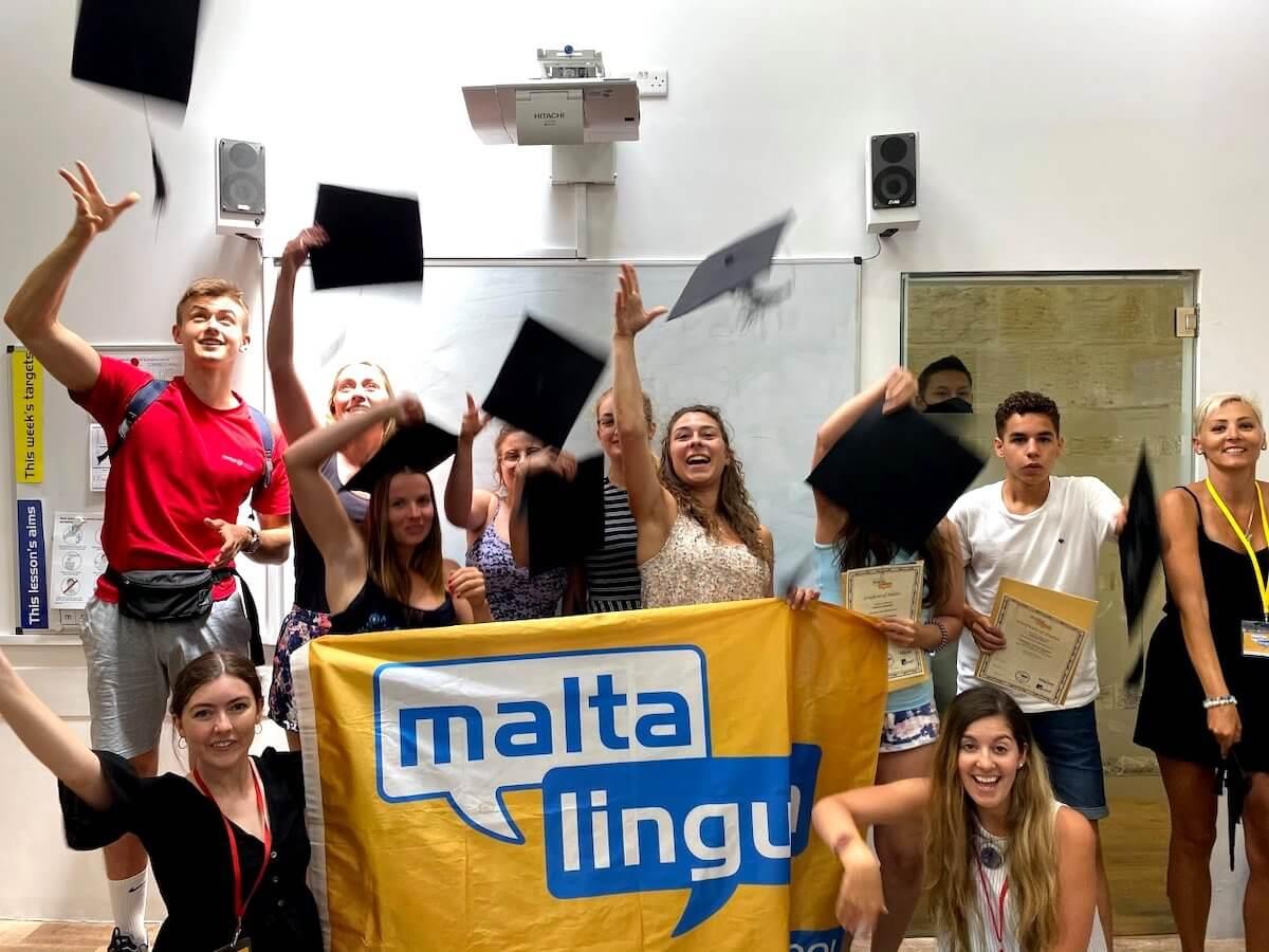 Вручение сертификатов и подбрасывание шляп выпускниками Мальталингва
