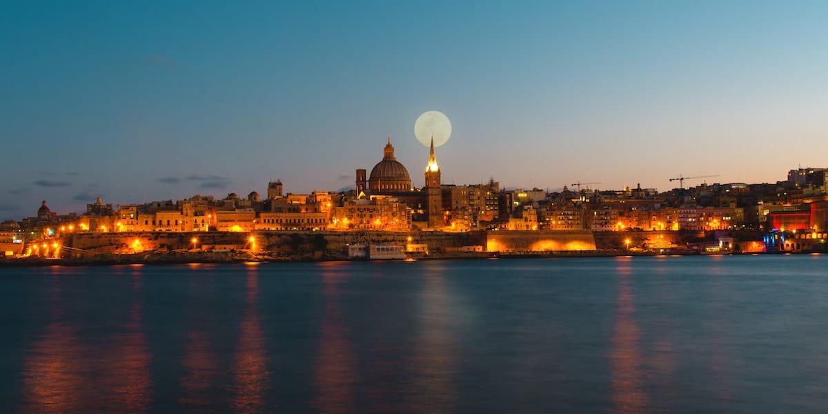 Vista nocturna da capital de Malta: Valeta