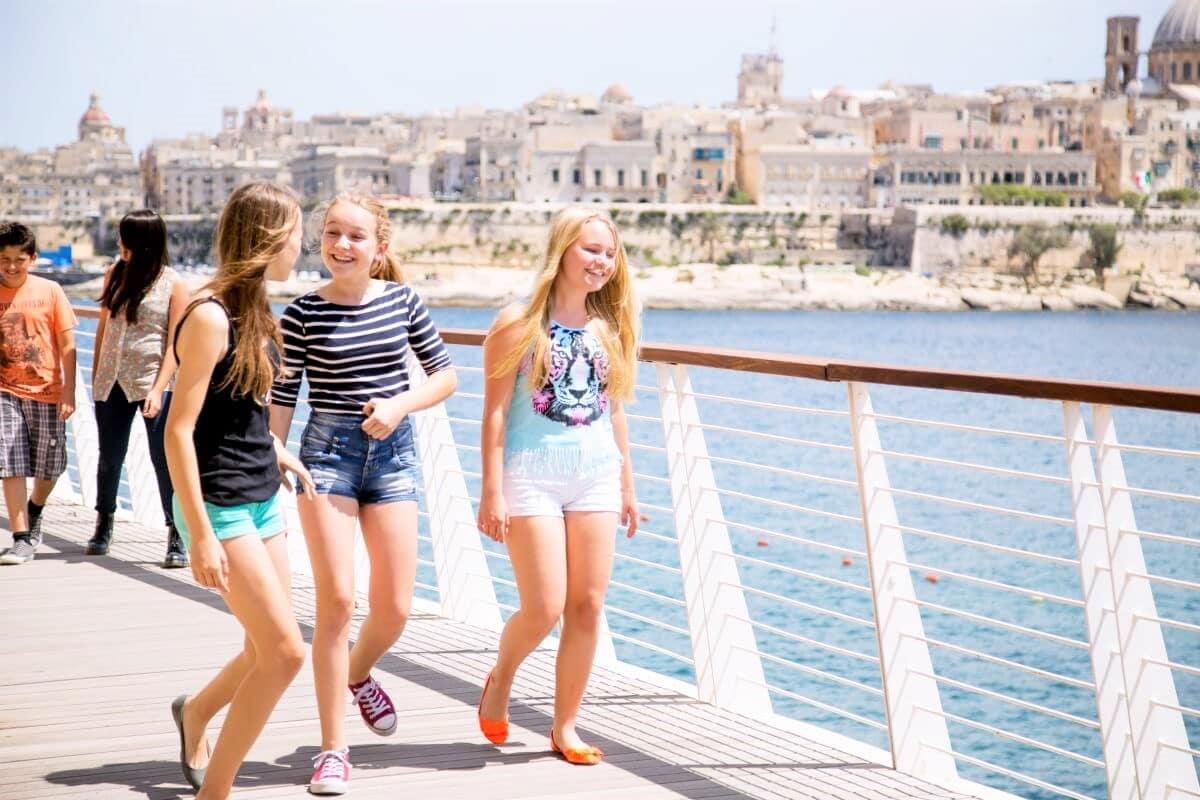 Студенты в городе Слима на Мальте