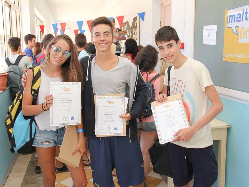 Tre giovani studenti di Maltalingua ricevono i loro diplomi