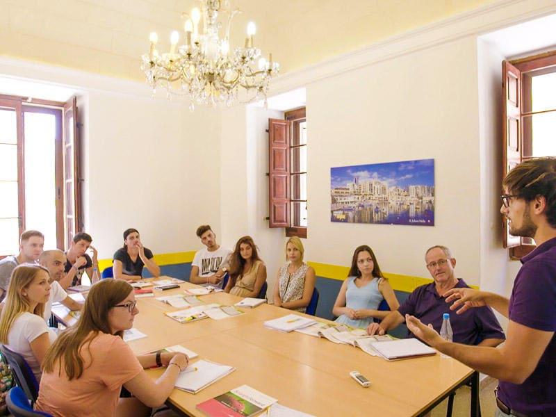 Gruppi di studenti in un'aula Maltalingua
