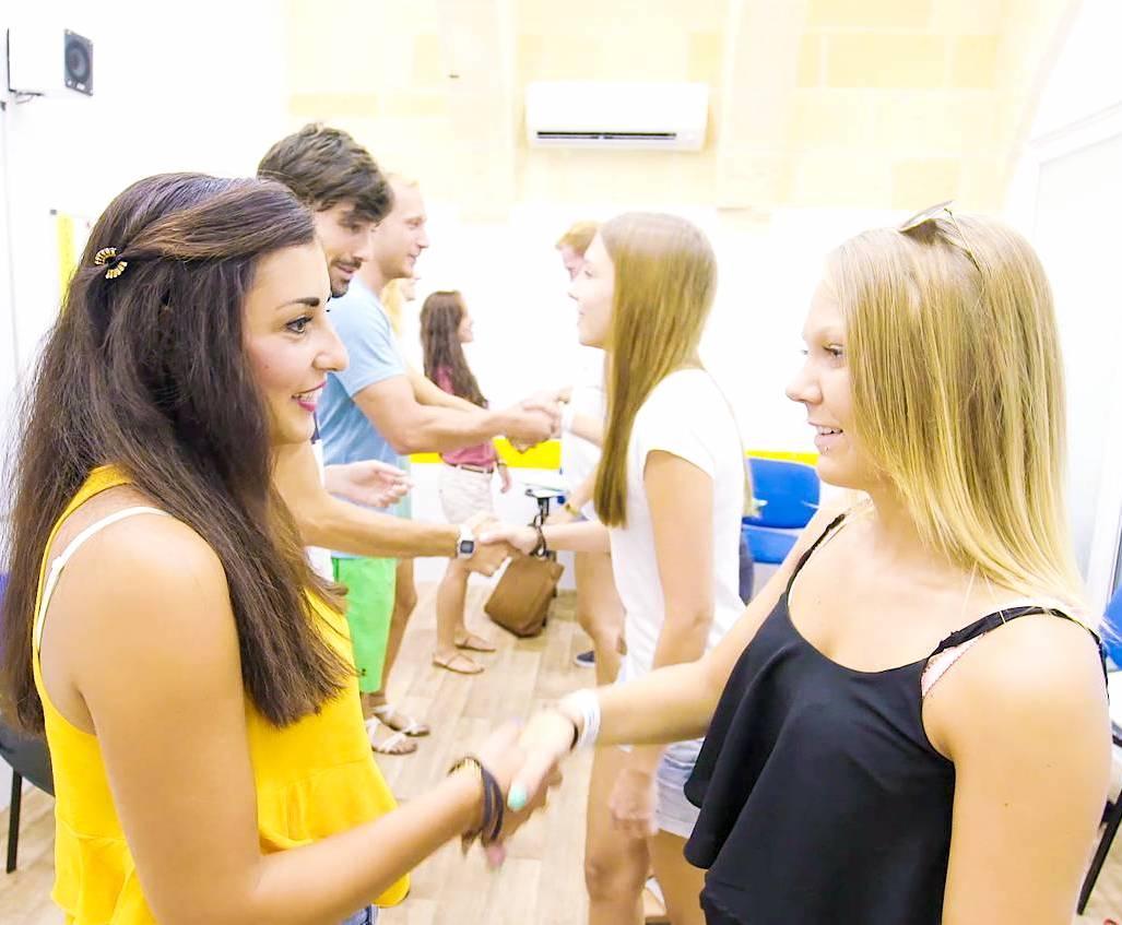 Esercizio di presentazione in inglese tra studenti della scuola Maltalingua