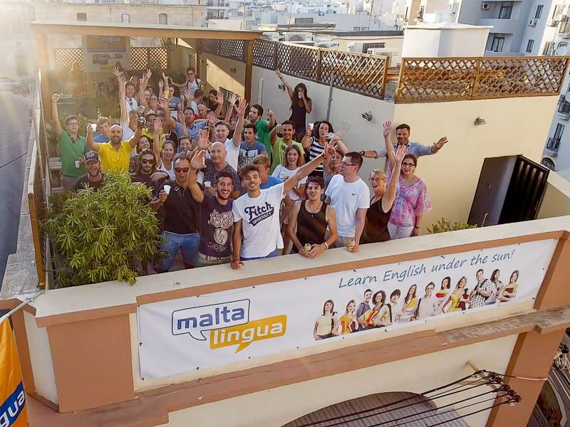 Gruppo di studenti sul tetto del Maltalingua