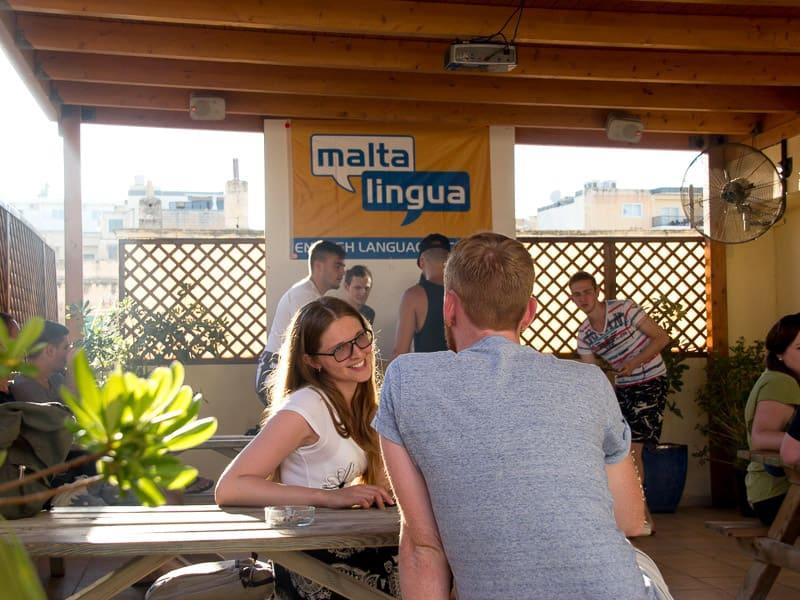 Due studenti che parlano sulla terrazza di Maltalingua