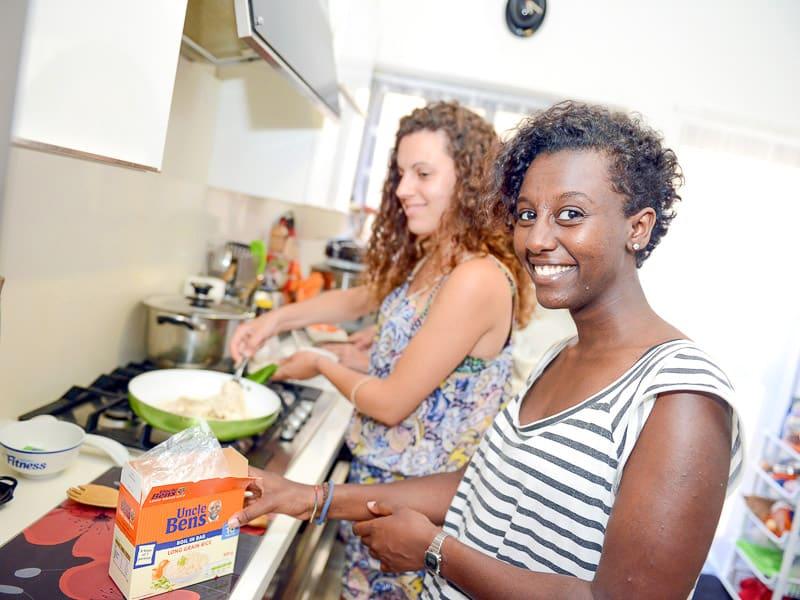 Studenti che cucinano nella loro famiglia ospitante maltese